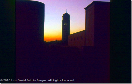 Torre de la Universidad de Puerto Rico, Recinto de Río Piedras, al atardecer. (Tomada originalmente en marzo de 1984.)
