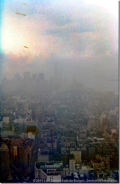 Ciudad de New York, NY, desde el observatorio en el piso 86 del Empire State Building.  Julio de 1984.