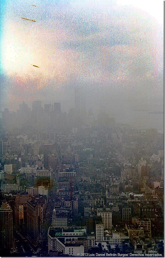 Probablemente, esto fue lo primero que a muchos nos vino a la mente (World Trade Center visto desde el observatorio del Empire State Building, New York, NY, julio de 1984).