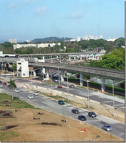 Vista del Oso Blanco (hacia el centro, a la izquierda) desde el Edificio de Agencias Ambientales, Río Piedras, Puerto Rico). (c) 2014 Luis Daniel Beltrán Burgos. Derechos reservados.