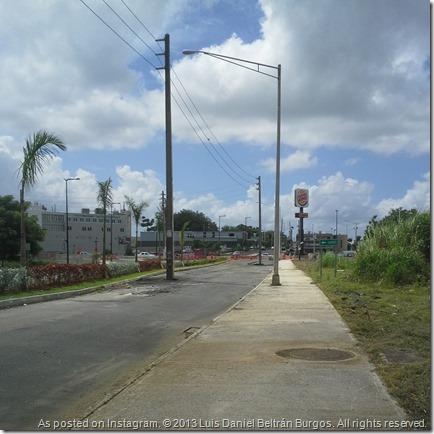 Carretera PR-8838 en el Barrio El Cinco de Río Piedras, frente al Edificio de Ciencias Biomoleculares de la Universidad de Puerto Rico, Recinto de Ciencias Médicas. Foto tomada el 13 de octubre de 2013 a las 9:28 AM (1328 UTC).