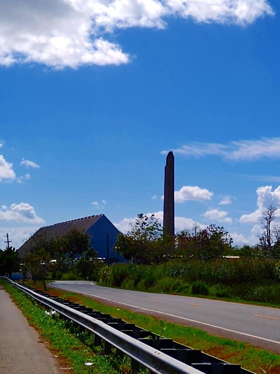 Antigua central azucarera Victoria en Juncos (mirando desde la carretera PR-9185 en dirección hacia el oeste). (© 2020 Luis Daniel Beltrán Burgos. Derechos reservados.)